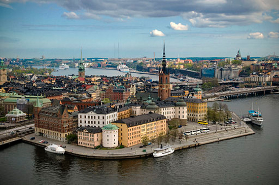 Stockholm (Foto: Benoît Derrier from Stockholm, https://commons.wikimedia.org/wiki/File:Riddarholmen_from_Stockholm_City_Hall_tower.jpg)